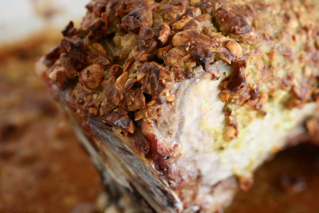 Schweinebraten am Knochen mit Kruste aus Piemonteser Haselnüssen