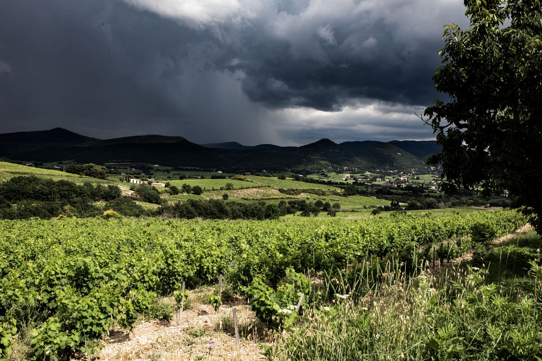 Gewitter über Rasteau an der südlichen Rhône