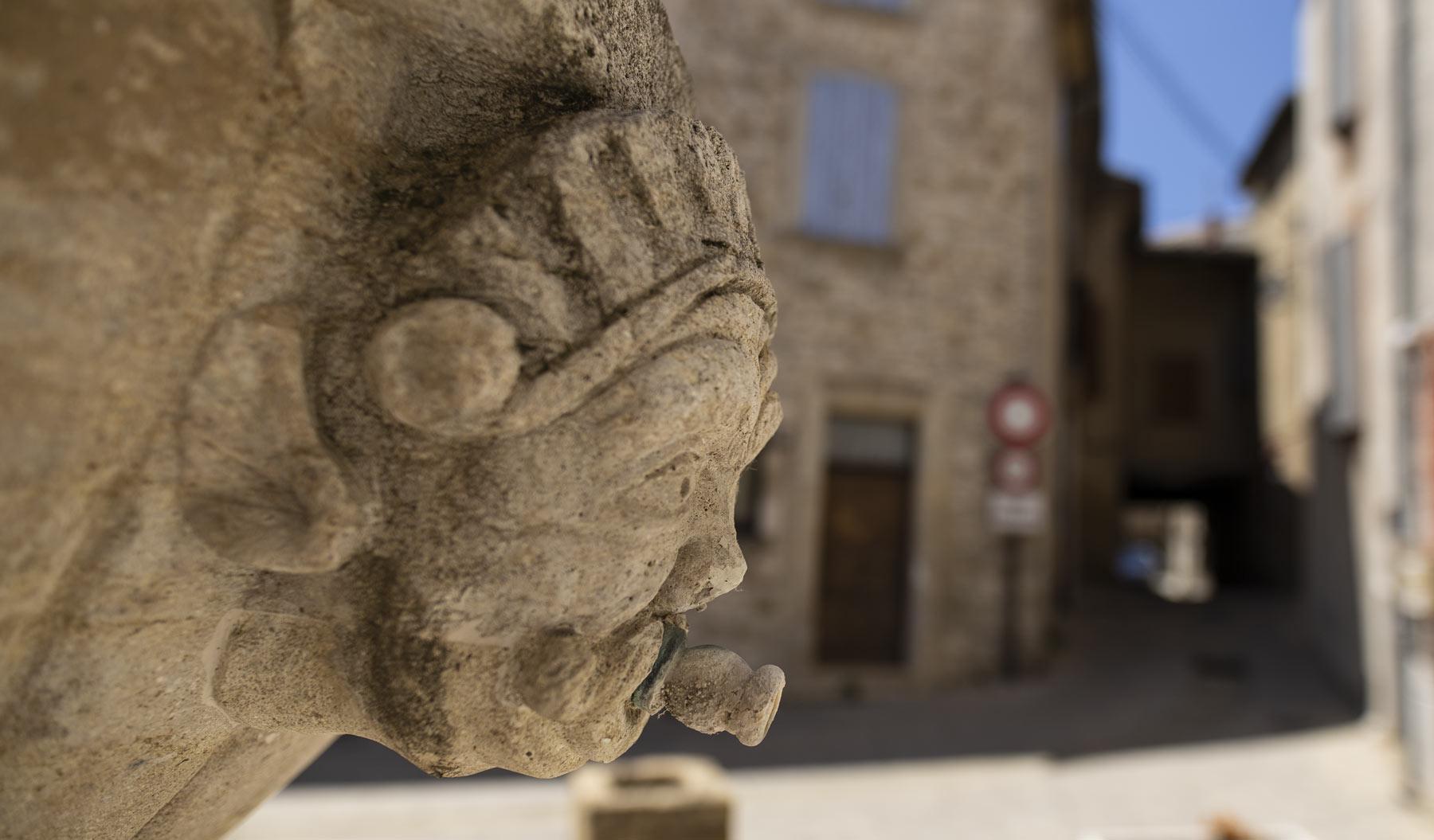 Ein Brunnen spendet Kühle im warmen Sablet in der Provence