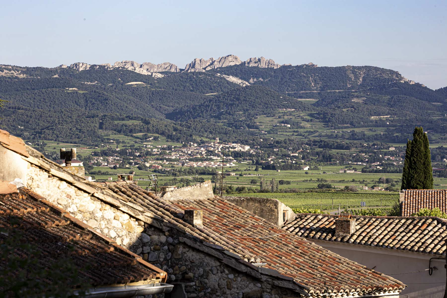 Von Rasteau aus gesehen, ist die Höhe der Weinberge am Fuße der Dentelles gut zu sehen. Im Tal liegt Sablet, ein Dorf mit Weinen eines vollkommen anderen Charakters. Dort hat die Ouvèze Sand (Sable) abgelagert, der den Weinen seine Mineralität verleiht.