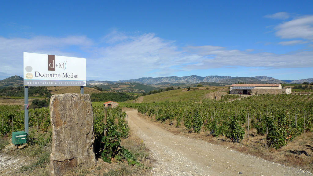 Eingang der Domaine Modat im Roussillon. Das Gut liegt wie viele versteckt in der wunderschönen Landschaft